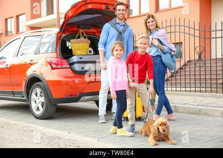 Junge Familie mit Kinder und Hund in der Nähe von Auto - Stockfoto