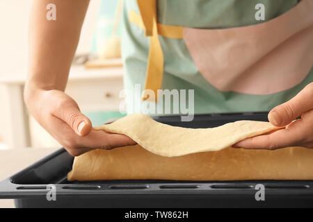 Frau putting Blätterteig auf Backblech - Stockfoto