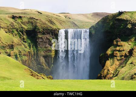 Skogafoss Wasserfall. Wahrzeichen von Island. Sommer Landschaft an einem sonnigen Tag. Erstaunlich in der Natur - Stockfoto