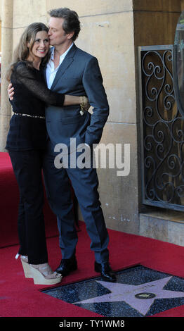 """Der britische Schauspieler Colin Firth küsst seine Frau, italienischer Filmproduzent Livia Giuggioli, wie er mit der 2.428 th Stern auf dem Hollywood Walk of Fame geehrt wird während einer enthüllungsfeier in Los Angeles am 13. Januar 2011. Firth ist derzeit die Hauptrolle in dem Spielfilm """"The King's Speech"""", für die er einen Golden Globe Award Nominierung für beste Leistung durch einen Schauspieler in einer Motion Picture Drama erhalten hat. UPI/Jim Ruymen - Stockfoto"""