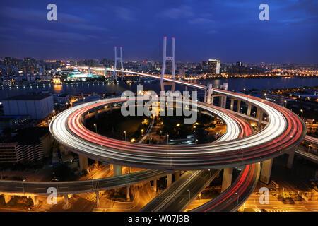 Brücke am Fluss Huangpu in Shanghai - Nanpu Brücke - Stockfoto
