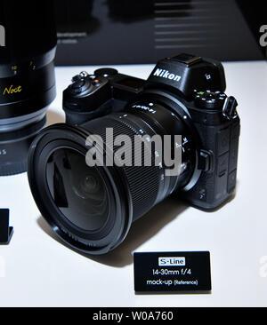"""Neue full-frame spiegellosen Kamera 'Z7' mit der zoom-Objektiv 14-30 mm F/4 S"""" von Nikon bei einer Enthüllung Veranstaltung für neue Z-Serie Kameras und Linsen in Tokio, Japan, am 23. August 2018 angezeigt werden. Foto von keizo Mori/UPI - Stockfoto"""