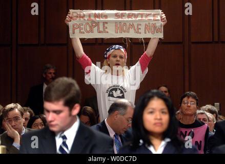 Eine Demonstrantin hält ein Schild während einer Anhörung des Außenpolitischen Ausschusses des Senats über die zukünftige Strategie im Irak, das in Washington am 31. Januar 2007. (UPI Foto/Kevin Dietsch) - Stockfoto
