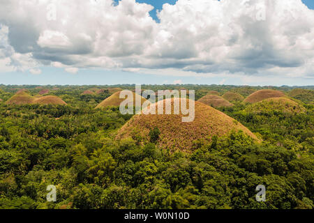 Chocolate Hills auf Bohol, Philippinen. Wunderschöne Landschaft von Hunderten von braunen Hügeln - Stockfoto