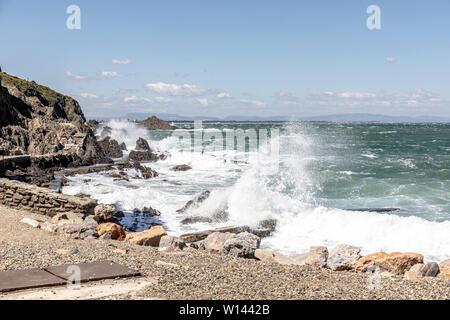 Sturm, Wind und Wellen den Hafen Abwehr Hit in Collioure, Südfrankreich. Collioure ist eine Gemeinde im französischen Département Pyrénées-Orientales. - Stockfoto