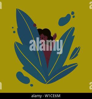 Hawaiian dunkelhäutige Mädchen schaut aus dem grossen Blätter in den Tropen und lächelt. Nettes Mädchen ihre Hand winken in herzlichen Glückwunsch. Cute girl winkte ihr h - Stockfoto