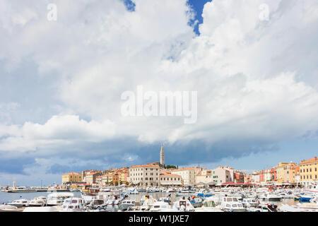 Rovinj, Kroatien, Europa - September 2, 2017 - eine Menge Motorboote am Hafen von Rovinj - Stockfoto