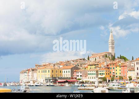 Rovinj, Kroatien, Europa - September 2, 2017 - Boote am Hafen von Rovinj - Stockfoto
