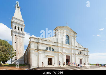 Rovinj, Kroatien, Europa - September 2, 2017 - Touristen in der Kirche der hl. Euphemia - Stockfoto