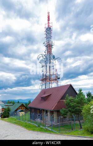 Rundfunk Mast - Blick auf Radio signal Fernsehturm Hintergrund - Stockfoto