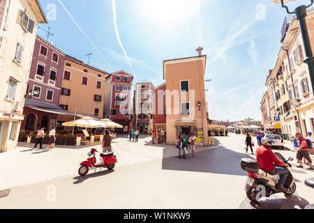 Fußgänger und Motorroller im historischen Zentrum von Rovinj, Istrien, Kroatien - Stockfoto