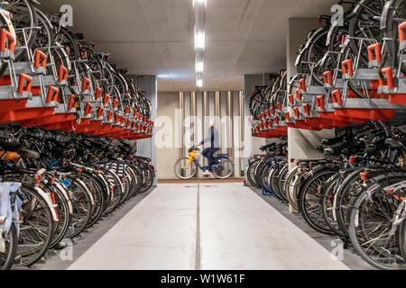 Bike Garage in Utrecht, Niederlande, mit über 13.000 Stellplätzen, dem grössten Parkplatz Garage für Fahrräder in der Welt, an der Zentrale - Stockfoto