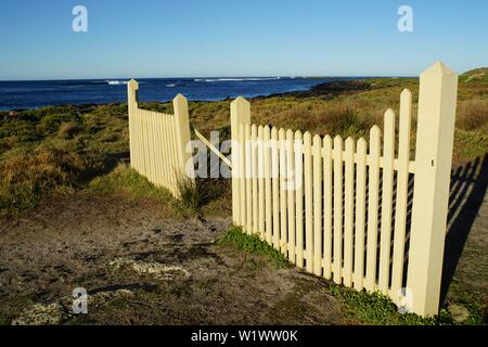 Blick über den Port Fairy Leuchtturm Eingang Tor gegen den Südlichen Ozean - Stockfoto