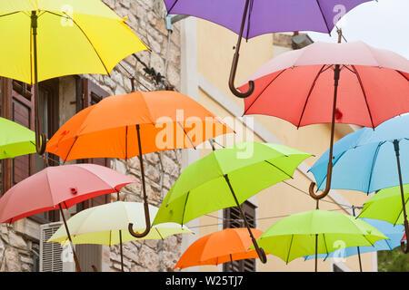 Novigrad, Istrien, Kroatien, Europa - Regenschirme in den Straßen von Novigrad - Stockfoto
