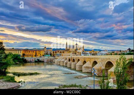 """Spanien, Andalusien, Provinz Córdoba, Córdoba, Römische Brücke (Puente Romano) über den Fluss Guadalquivir und die Mezquita (Mosqueâ € """"Kathedrale von Cordoba, UNESCO Weltkulturerbe) - Stockfoto"""