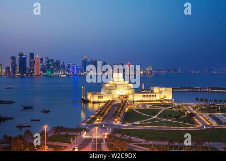 Katar, Doha, Verkehr am Kreisverkehr infont des Museum für Islamische Kunst in der Nacht - Stockfoto