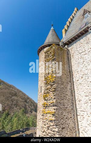 Schloss Vianden Turm mit Ziegelsteinen in grün Moos bedeckt, Luxemburg - Stockfoto