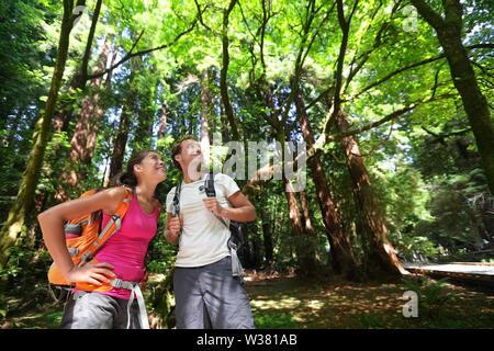Wandern im Wald Redwoods, San Francisco. Wanderer Paar unter Redwood Bäumen in der Nähe von San Francisco, Kalifornien, USA. Gemischtrassiges Paar, junge asiatische Frau und kaukasischen Mann. - Stockfoto