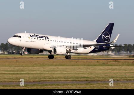 Deutsche Lufthansa Airbus A320-200 mit der Registrierung D-AIWD die Startbahn 36L (Polderbaan) der Flughafen Amsterdam Schiphol. - Stockfoto