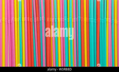 Hintergrund der bunten single-use Kunststoff bendy Trinkhalme - Stockfoto