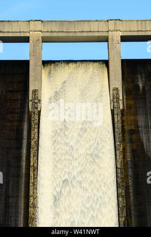 Wasser fließt über hohe, steile, konkrete Dam spillway an Thruscross Behälter (close-up Detail, Textur & Pattern) - North Yorkshire, England, UK. - Stockfoto