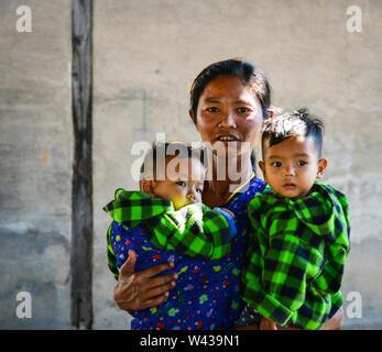 Nyaungshwe, Myanmar - 6. Februar 2017. Burmesische Frau mit zwei jungen auf Land in Inlay, Myanmar. Inlay ist ein Süßwassersee befindet sich in der Nyaungshwe - Stockfoto