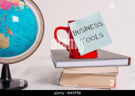 Schreiben Hinweis Übersicht Business Tools. Business Konzept für Marketing Methoden, Prozesse und Technologien weltweit Karte welt erde Schale leer Stick verwenden - Stockfoto