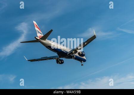 London, Großbritannien - 17, Februar 2019: BA CityFlyer eine hundertprozentige Tochtergesellschaft der Fluggesellschaft British Airways in Manchester, England, Flugzeuge des Typs Embraer E - Stockfoto