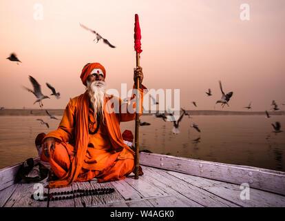 Varanasi, Indien - ca. November 2018: Portrait eines Sadhu in Varanasi. Die Sadhus oder heiliger Mann sind weit verbreitet in Indien respektiert. Varanasi ist die spiritua - Stockfoto