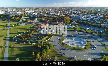 Skateboard Park und Parkplatz, Caroline Bay Park, Timaru, South Canterbury, Südinsel, Neuseeland - drone Antenne - Stockfoto