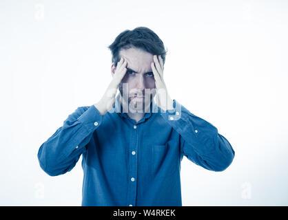 Portrait einer jungen bärtigen Mann schaut besorgt und nachdenklich Migräne leiden unter großen Schmerzen. Auf weissem Hintergrund. In der Gesichtsbehandlung Express - Stockfoto