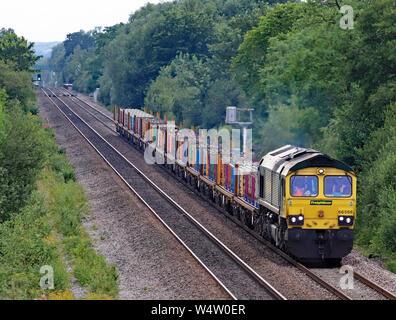 Freightliner Lokomotive Nr. 66568 Reisen von Burton on Trent, ist der North Staffordshire Kreuzung mit dem Ziehen einen Güterzug zu übergeben. - Stockfoto