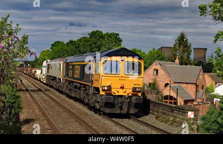 """GBRF Lokomotiven Nr. 66706 """"Nene Valley"""" und 66721 """"Harry Beck """"Reisen durch Willington in Derbyshire ziehen ein Güterzug. - Stockfoto"""
