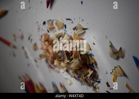 Multi-Buntstift Späne auf eine weiß/grauer Hintergrund mit natürlichem Licht durchscheinen. - Stockfoto