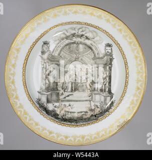 """Mit einer allegorischen Bild und das Wappen der Geelvinck und Graafland Familien Platte, Porzellan Teller, malte auf der Glasur in Schwarz und Gold. Ein brautpaar im Regal unter einer Haube dargestellt. Sie stehen vor einem Altar mit zwei Tauben, ein Symbol für die eheliche Treue. Das brautpaar einen Kranz von Juno, der Göttin der Ehe empfangen. Andere Göttinnen und Tänzer sind rund um dargestellt. Auf der Kuppel ist die Inschrift: """"EMPER AMOR PRO TE FIRMISSIMUS ATQUE FIDELIS"""", ewig meine Liebe für Sie sehr fest und treu. Im Vordergrund Tritonen und Neptun in den Wellen. Links - Stockfoto"""