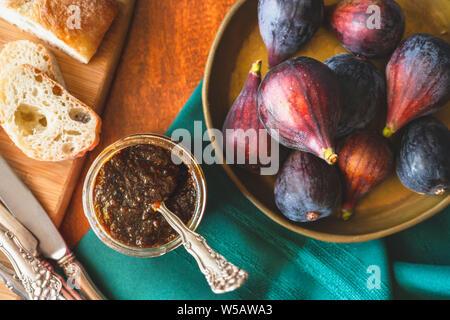 Feigenmarmelade in einem Glas, und frische Feigen, Ansicht von Oben auf einer hölzernen Küchentisch - Stockfoto