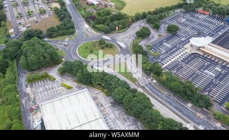 SWINDON, Großbritannien - 27 JULI 2019: Luftaufnahme der Giebelkreuz Kreisverkehr in Swindon - Stockfoto