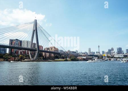 Anzac Bridge in Sydney spanning Johnstons Bay zwischen Pyrmont und Glebe. Von Glebe mit dem Sydney CBD im Hintergrund. - Stockfoto