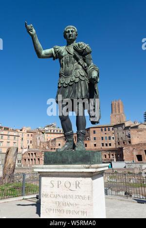 Italien, Rom: Statue des römischen Kaisers Trajan und des Trajan Markt in den Hintergrund, das Forum Romanum, Foro di Traiano, die mit den Buchstaben SPQR, Senatus - Stockfoto