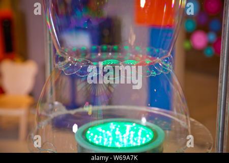 Seifenblasen zeigen. Children's Party. Zum Platzen der Seifenblase - Stockfoto
