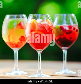 Sommer Cocktail. Fruchtcocktail auf grünem Hintergrund. Zitrusfrüchte, Beeren, Erdbeeren, Heidelbeeren, Minze, Eis - Stockfoto