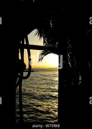 Sonnenuntergang, durch die Tür der Hütte gesehen. - Stockfoto