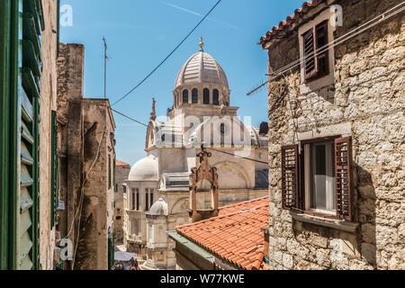 Kroatien, Stadt Sibenik, Panoramablick auf die Altstadt und die Kathedrale von St. James, wichtigste Baudenkmal der Renaissance - Stockfoto