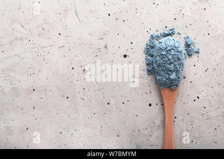 Ansicht von oben in Blau tee Matcha in einem Löffel auf Betonflächen. Es ist eine reiche Quelle von Antioxidantien und Polyphenole. Bei der Vorbereitung, das Pulver wird teilweise - Stockfoto