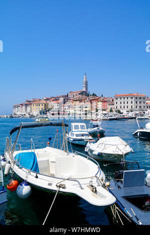 In der Nähe von Water Taxi und andere Boote mit der Altstadt von Rovinj, Kroatien im Hintergrund - Stockfoto