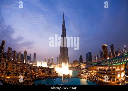 Der Burj Khalifa bei Nacht, in 2010 abgeschlossen, der höchste Mann Struktur, die in der Welt gemacht, Dubai, Vereinigte Arabische Emirate, 2011 - Stockfoto