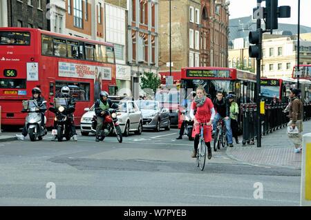 Radfahrer und Motor Radfahrer Anfahren aus Ampel während der Rush Hour, Engel, Londoner Stadtteil Islington, England, UK, Mai 2009 - Stockfoto