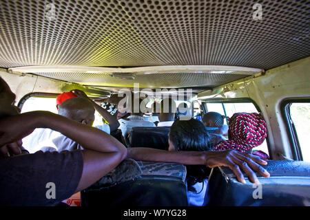 Ansicht von der Rückseite eines Matatu Mini Van Taxi, Kenia. Februar 2013. - Stockfoto