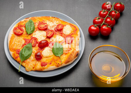 Hausgemachte Pizza Margarita mit Tomaten, Basilikum und Mozzarella auf grau Platte, selektiven Fokus - Stockfoto