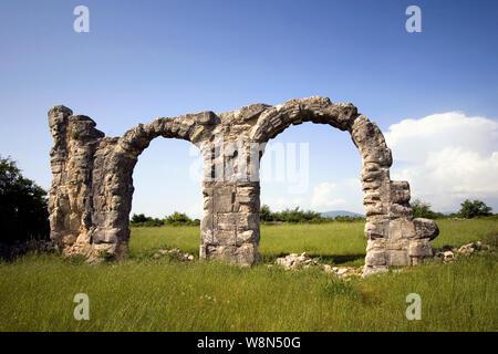 Burnum, eine archäologische Stätte, war eine römische Legion Camp und die Stadt. Es ist 2,5 km nördlich von Kistanje, Nationalpark Krka, das Hinterland in Dalmatien, Croa entfernt - Stockfoto